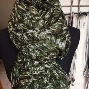 Stort tørklæde fra magasin Materialet er polyester