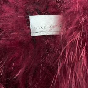 One size pels fra SAKS POTTS (første kollektion) i smuk farve. Ingen tegn på slid, har været opbevaret i et ikke-ryger hjem uden dyr. Kan lukkes foran.