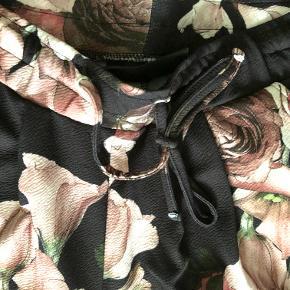 Fine, smukke blomstrede leggins fra Zoey i elastisk materiale. Der står at de er str. S men de er mere en str. XL.