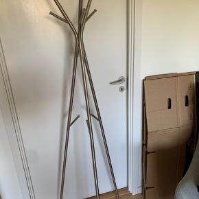 Metal stumtjener sælges!   Ingen ridser eller skræmmer, og med plads til massere tasker og jakker.   Måler omkring 75 cm i højden og kan skilles ad.   Sælges grundet flytning og kan afhentes på Nørrebro :-)