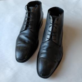 Støvler fra Dior.  Der er desværre lidt slid på støvlerne som jeg har prøvet og dokumentere, så sørg endelig for at se alle billederne for at få et ordentligt indtryk at støvlernes tilstand.  Størrelse 42.5 eu