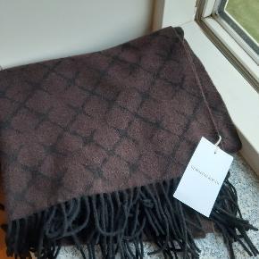 Det lækre logo uld tørklæde i brun. Aldrig brugt og stadig med mærker.  200x60 cm  Pris: 400kr. Eksl. porto