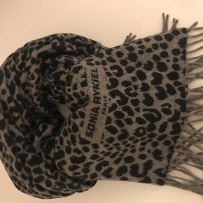Stort flot scarf fra Sonia Rykial. Animal print i farverne sort, grå, creme.  Virgin wool ( klør ikk) mål: 70x160 cm uden frynser.  Aldrig brugt. Nypris 2300.-
