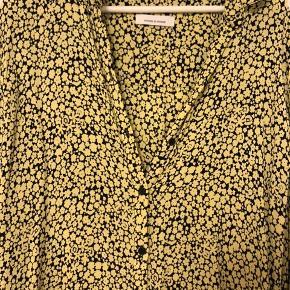 Elegant og farverig skjorte. Brugt få gange. BYD
