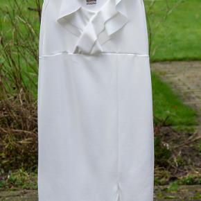 Helt ny kjole graviditetskjole fra boohoo. Modellen hedder Maternity Double Frill Sweetheart Neck Midi Dress.