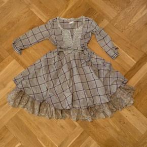 Fin Odd Molly kjole sjældent set til salg. Str 3. Underskørt i to lag. Mange fine detaljer.  Som billede 3 viser, mangler dog allerøverste knap; derfor den ekstra lave pris. Man bruger ikke den knap og jeg tror, man nemt kan finde en lignende, hvis man vil sy en knap i.