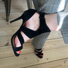 De smukkeste høje sandal-stilletter i ruskind fra & Other Stories. Str. 36 (må desværre indse at de er lidt for smalle til min fod) Brugt få gange.  Alm. brugstegn på ruskindet - kan evt. bruges en ruskindsbørste.