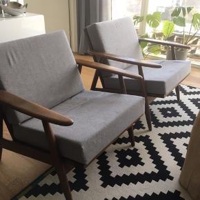 Lænestol/armstol i teaktræ. Dansk design. Hynder er ompolstret for 1 år siden, og er i rigtig fin stand.  Kun en stol tilbage.  Pris er pr. stk.