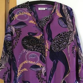 Skøn skjorte kjole. Måler fra ærmegab til ærmegab 53 cm. Længden 92 cm. 100 % viscose.