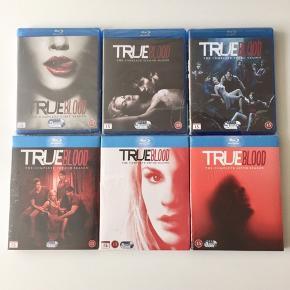 """Tv-serien """"True Blood"""" sæson 1-6 i Blu-ray - aldrig brugt 😈💉⚰️ Sælges som samlet sæt.   Byd gerne kan både afhentes i Århus C og sendes på købers regning📮✉️"""