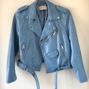 Sælger denne fine pastel blå bikerjakke i vegansk læder fra Zara, der næsten er ubrugt. Den har en lille skræmme, der kan ses på 2. billede på venstre ærme, hvis man zoomer ind. Ellers fejler den intet! Den er i en størrelse medium, men passer bedst til xs-s ville jeg sige🤍