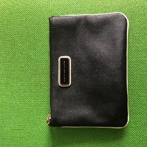 Så fin pung fra Marc Jacobs, sort foran og beige bagpå. Detaljerne er guld - på lynlåsen er der tegn på slid