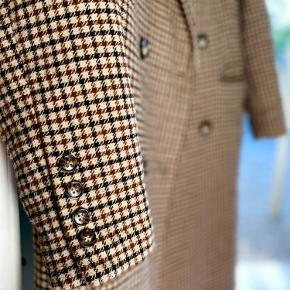 Brugt et par gange, men stort set som ny.  Dejlig varm til vinter og kan knappes i tre knapper. Lang og tung jakke.