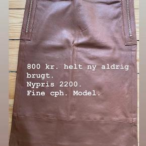 Meget smuk nederdel i lækkert skind. Desværre for lille til mig. Sælges til 600 kr