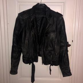 """Zara """"læder"""" jakke. den er blevet brugt, hvilket kan ses, men den har stadig massere af liv i sig. størrelse medium, passer også en small. se flere billeder i kommentarfeltet!   100kr 💛  #30dayssellout"""