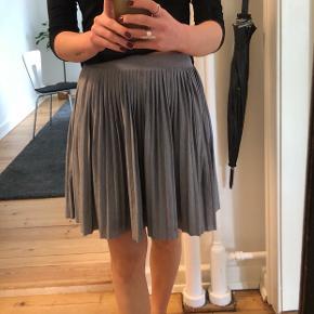 Grå stræk nederdel - brugt få gange men fejler ingenting.   Mp 150kr