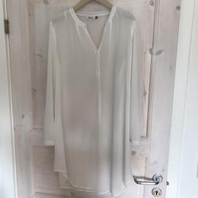 """Lang hvid halvtransparent """"skjorte"""". Brugt få gange.  Befinder sig i Roskilde, men kan sende med DAO eller afhentes i Rødovre eller på Teglholmen i København efter aftale ☀️"""