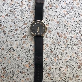 Fint klassisk ur fra Marc by Marc Jacobs.  God slidt rem - kan/skal skiftes .. Ellers skal det bare have nyt batteri.  Ingen ridser i glasset!!