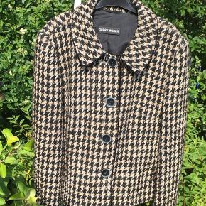 Sort beige guld og lyserosa jakke.   Den er godt brugt men stadig god. Det ses på uldet tæt på at den er lettere brugt men stadig fin.  Byd gerne 🤗