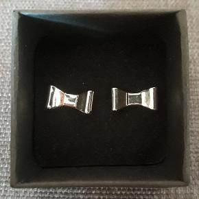 Ørestikker i stål, måler  0.8 X 1.5 cm. Ørestikkerne leveres i gaveæsker og kan sendes for 10 kr med Post Nord, almenlig brev.