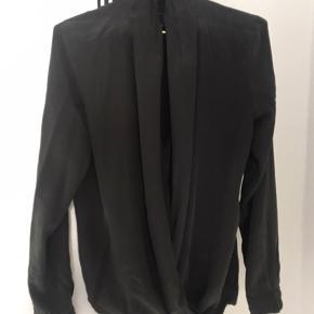 100 % silke mørkegrå - aldrig brugt. Str m nypris 999 DKK