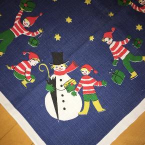 Retro juledug med nisser og snemænd ! Meget fin stand - måler 90x83 cm. Pris kr 40
