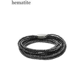Kranz & Ziegler Story 54 cm Small  Hæmatitsten giver dette STORY armbånd et metallic, sort/sølv skær. Lyset spiller i stenene og giver liv til armbåndet. Sæt sølv charms, charms i mørkt sølv og charms med onyx sten på armbåndet for at understøtte hæmatitstenens eksklusive look.