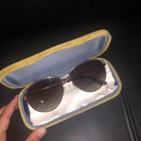 Sælger min flotte guld Gucci solbriller med brunt glas og polaroid. Alt på billedet medfølger og kvittering på mail.  Kan afhentes mellem Aarhus, Randers og Grenå i en lille by, ved navn Hornslet eller sendes på købers regning