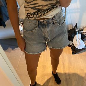 Sælger disse fede shorts, da de er for store. Rigtig god stand! Passes af stor M-lille L.  Kom med et bud :-)