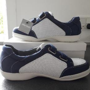 New Feet Sneakers. Overlæderet (100% læder) er hvidt perforeret læder, men blå velcro-lukning. 26 cm lang og 9,5 cm på det bredeste sted på forfoden Æsken har jeg ikke længere