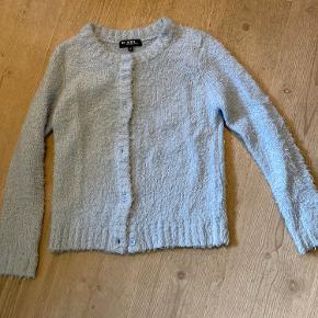 Den skønneste D-XEL bamsetrøje sælges. Næsten aldrig brugt, og stadig virkelig blød. Dejlig varm at have på. Lukkes med knapper.  Fra røgfrit hjem Befinder sig i Silkeborg, men kan evt. tages med til Aarhus eller Viborg i hverdagene
