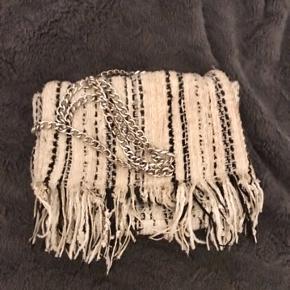 Sælger denne super fine taske fra zara med metal kæde som snor🧡   Tasken er i pæn stand🧡  #Secondchancesummer