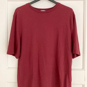 Virkelig blød T-shirt fra Filippa K. Brugt en enkelt gang i kort tid og aldrig vasket. 100 % bomuld. Er en herremodel, så stor i størrelsen og god til dig, der godt kan lide oversize T-shirts.