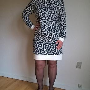 Jersey kjole i mørkeblå med små margueritter.