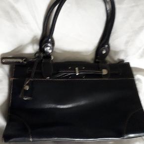 Så flot håndtaske fra Li Claiborne. Kun brugt en enkelt gang. #30dayssellout