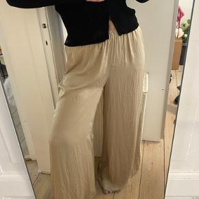 - 100 polyester - Brugt to gange, og fremstår derfor perfekt - brede i benene og gider derfor et fedt baggy look