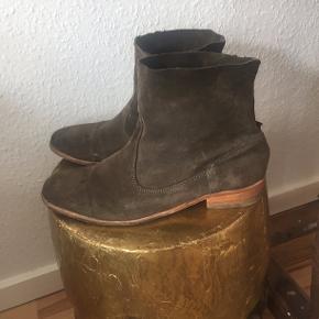 Vero Cuoio Andre sko & støvler, God, men brugt. Rønne - Italy Vero Cuoio Catarina ankel Støvler i mørkegrøn ruskind , str. 39. Lædersål. Brugt, men i meget god stand. Jeg fik dem foræret, så kender ikke nypris. Men lign modeller sælges nye for ca 1200-2000kr online. Vero Cuoio Andre sko & støvler, Rønne. God,