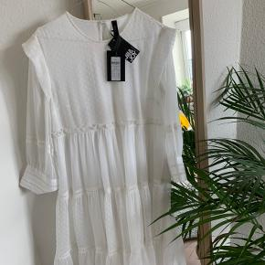 Vildt fin hvid kjole fra Y.A.S🌸 med smukke detaljer✨   Aldrig brugt før og har stadig prismærke i🙌🏽   Velkommen til at byde🙂