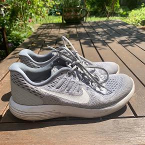 Dejlig grå Nike sko. Kan både bruges til dagligt og som løbesko. Brugt få gange.   Sælges evt billigere i hurtig handel. Vil gerne havde sendt dem afsted til en ny ejer.