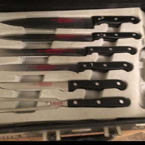 Kuffert med knive og stegegaffel. Saks mangler.