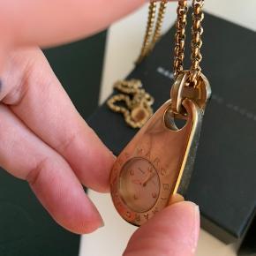Sælger dette halskæde ur fra Marc by Marc Jacobs. Der er et par ridser, men ikke noget voldsomt. Det skal have nyt batteri :-)