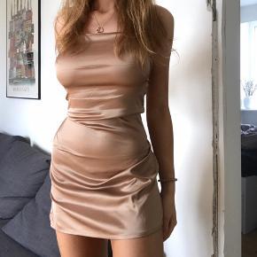 Super fin kort satin kjole, aldrig brugt. Super god stand, med elastisk stof.  BYD gerne ✨