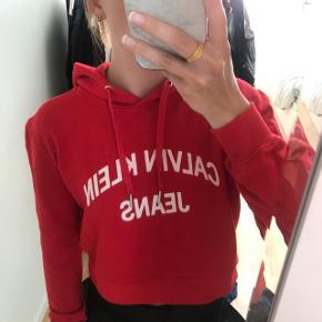 Helt ny cropped hoodie fra Calvin Klein, stadig med prismærke.  Den er i en str. S, men jeg bruger normalt XS og kan også passe den. Nypris var 800 kroner.