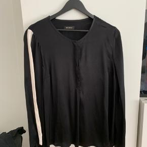 Blød og behagelig at have på.  Silke-agtig kvalitet.  Jeg er selv en xs/s så den er lidt stor til mig,  men ellers meget normal i str.