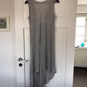 Lang Jersey kjole i lysegrå fra VILA str. s/m.   Aldrig brugt.