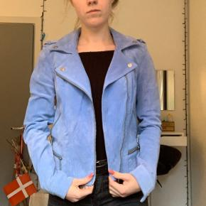 Super flot lyseblå jakke i ruskind. Aldrig brugt!!! Np er 700kr.