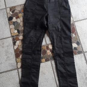 Super fede bukser med en lidt coated overflade. Med stretch. Str. er klippet af men passer ca. str. M/L  Livvidde ca. 39-42 x 2 cm Indv. benlængde ca. 79,5 cm Handler helst via mobilpay Bytter ikke