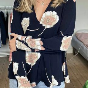 Envii bluse skjorte blomster  Str. s Byd!!