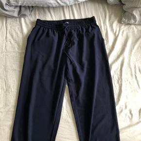 Mørkeblå bukser med snøre fra Envii i str. L, men fitter en M-L. Brugt få gange og i god stand.
