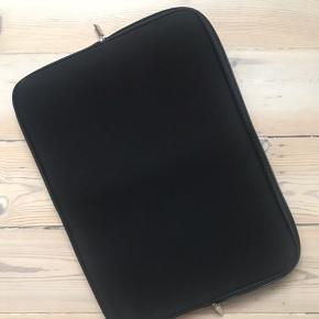 Helt nyt sleeve/ cover til bærbar pc 39x29 cm i sort. Fejler intet, men var for stort til min computer